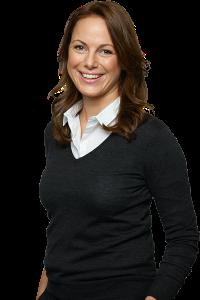 Smilende portrett av kvinne i hvit skjorte og svart genser.