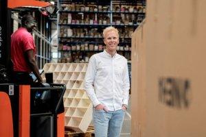 Mann i hvit skjorte i lagermiljø