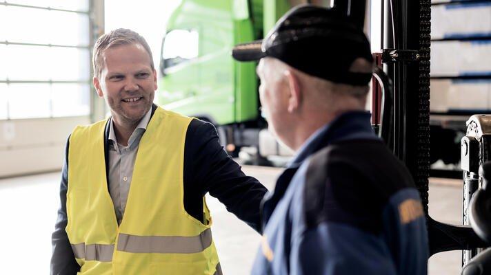 Svein Sørlie, daglig leder i Hörmann Norge, med en kollega på arbeidsplassen.