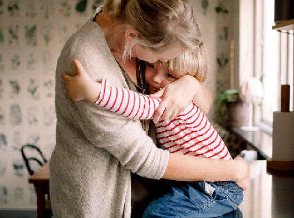 Illustrasjonsfoto: mor holder godt rundt datteren.