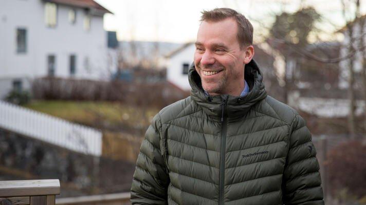 Matthew Smith, Storebrands leder for bærekraftige investeringer, ute i hagen sin.