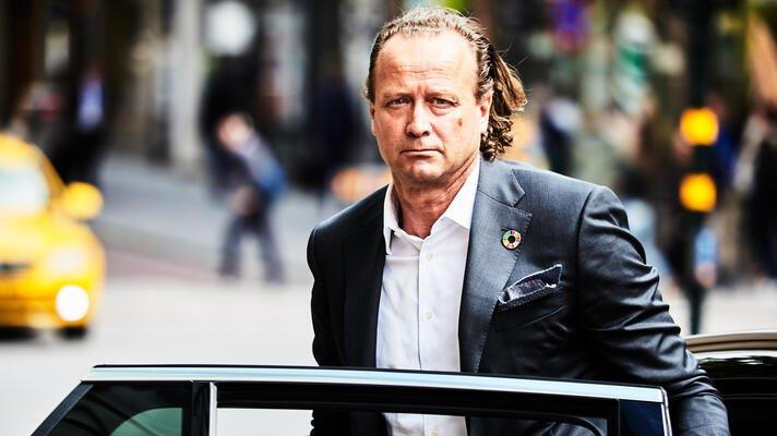Jan Erik Saugestad, administrerende direktør i Storebrand Asset Management, på vei ut av en bil.
