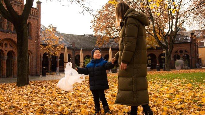 Ludvik og Sara som kaster søppel på vei til barnehagen.