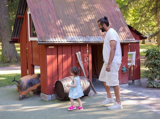 Illustrasjonsfoto: barn på gårdsbesøk.