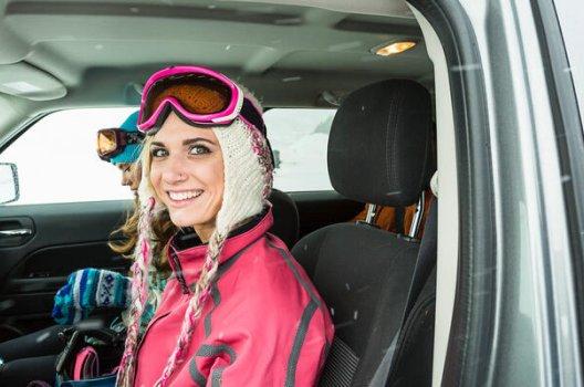 dame med slalombriller i bil