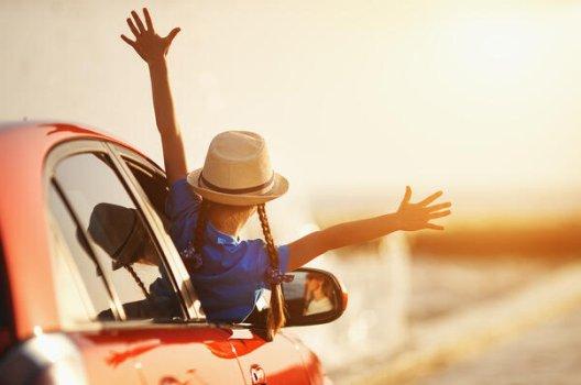 jente med hatt i bilvindu