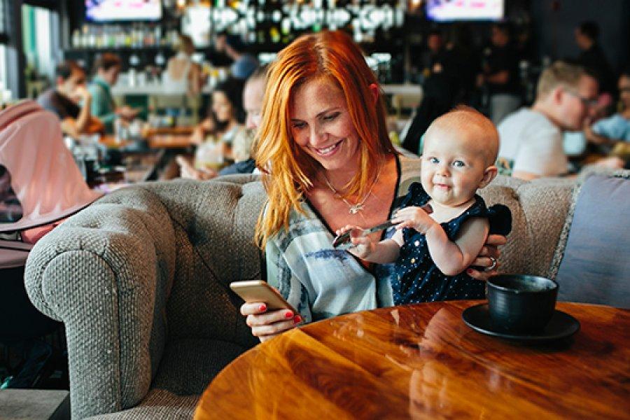 Illustrasjonsfoto: kvinne med barn på kafe