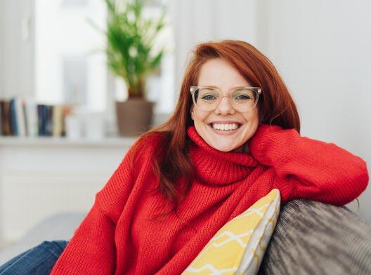 Illustrasjonsfoto: ung kvinne ser mot kamera og smiler