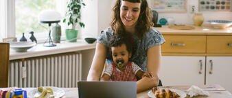 Illustrasjonsfoto: mor og barn ser på pc sammen.