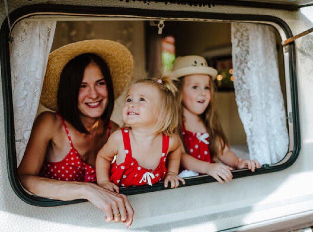 Illustrasjonsfoto: jenter på tur med campingvogn.