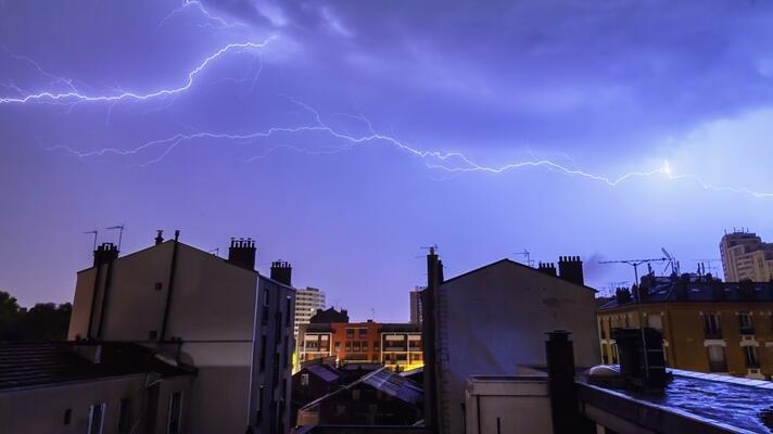 Lyn og torden over himmelen.
