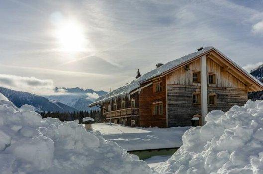 Hytte med snø på taket