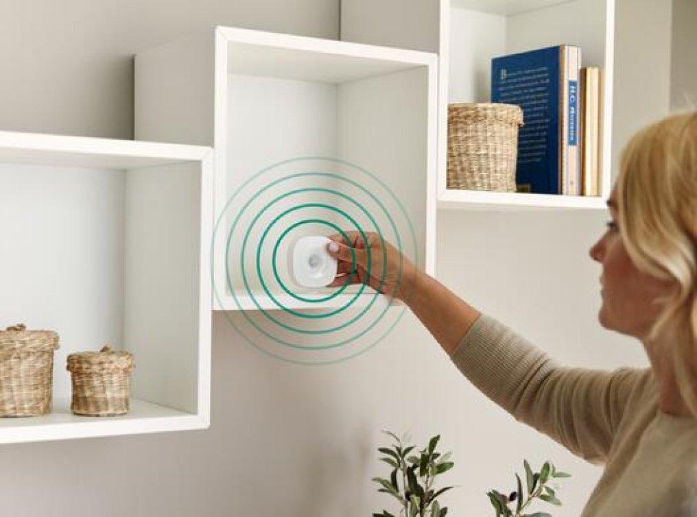 Illustrasjonsfoto: dame plasserer Homely bevegelsessensor.