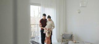 En gravid kvinne med mann og barn