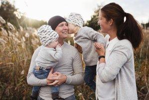 En far og mor holder sine to barn