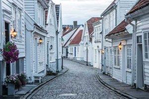 Gatemiljø med hvite hus