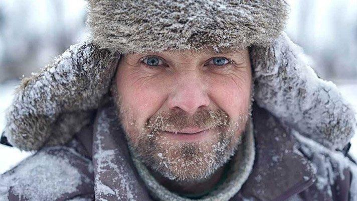 Portrett av mann med snø i skjegg og skinnlue