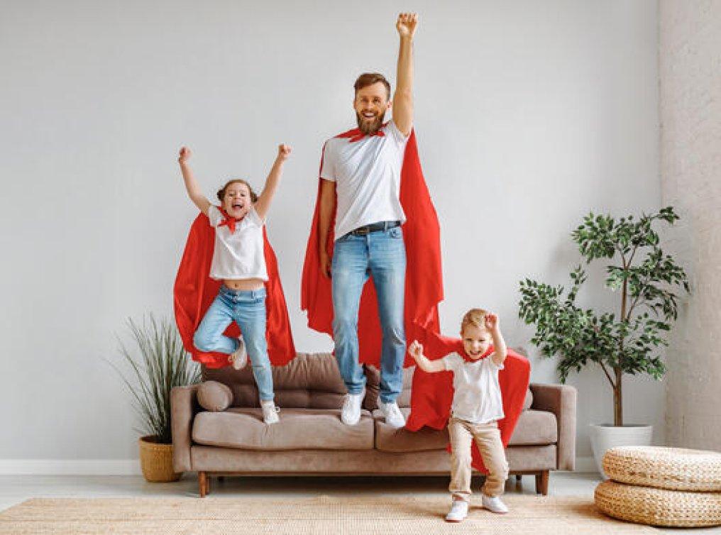 Illustrasjonsfoto: far og barn leker superhelter