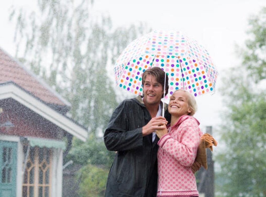 Illustrasjonsfoto: ungt par under paraplyen