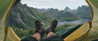 Illustrasjonsfoto: panorama fra teltet mot fjell og fjord.