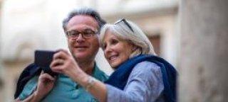 Eldre par som ser på en mobiltelefon