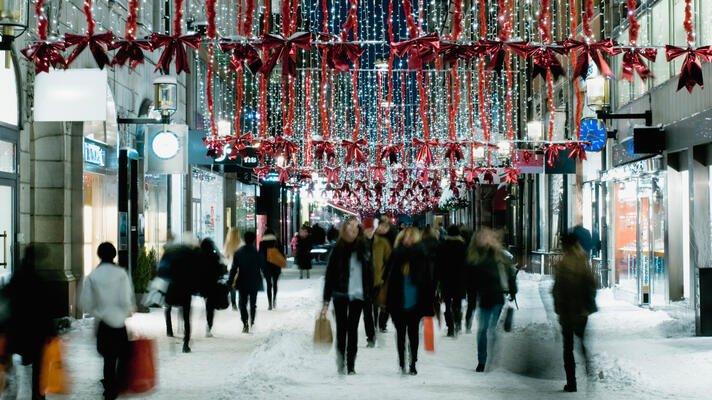 Julegate med mennesker som beveger seg fort i snøen.
