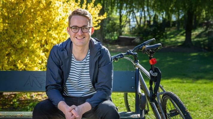 Torgeir Mortensen sitter på en benk.