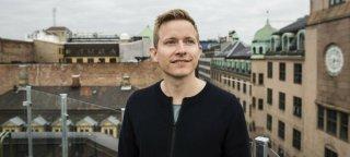 Portrettfoto av mann på toppen av Oslos tak.