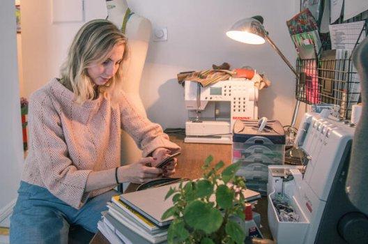 Petra sitter ved et skrivebord
