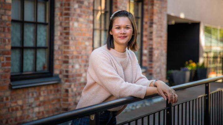 Maria Kasandra Hansen i lyserosa genser en vårdag i Oslo.