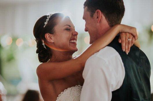 Dansende par i et bryllup