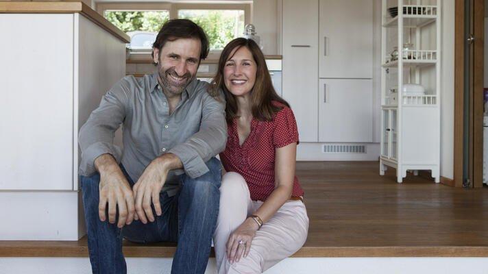 Etablert par, mann og kvinne, som sitter i trappa på kjøkkenet.