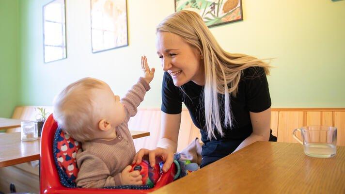 Lena Lossuis på kafe med datteren.
