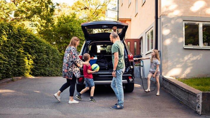 En familie som pakker bilen før de skal på bilferie.