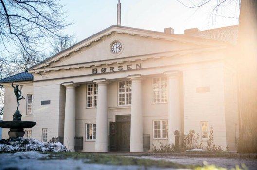 Bildet av Oslo børs badet i solskinn