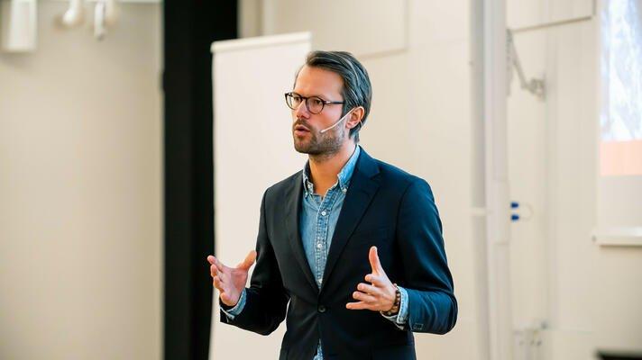 Øyvind Bendz Strøm holder foredrag om pensjon og sparing.