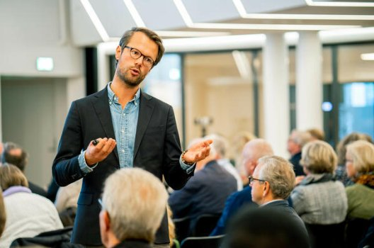 Pensjonsøkonom Øyvind Bends Strøm foredrar på et pensjonsseminar.