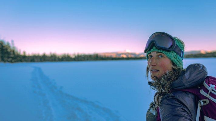 En kvinne er på skitur på ettermiddagen