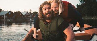 Par ute i båt om sommeren.
